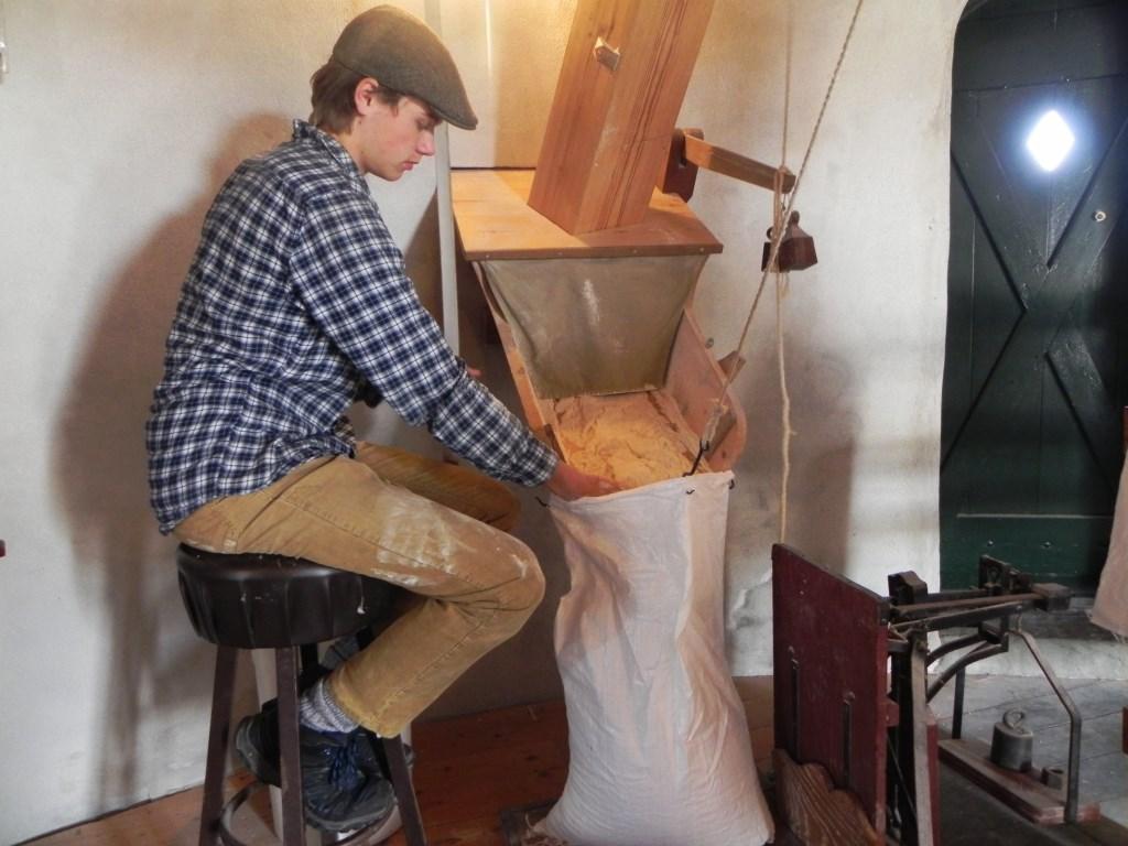 Leerling molenaar Maarten Tiemans produceerde zakken vol met meel. Richard Thoolen © BDU media