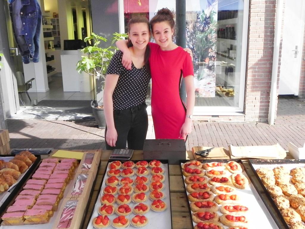 Ilise en Eline presenteerden lekkernijen van bakkerij van Dijk. Richard Thoolen © BDU media