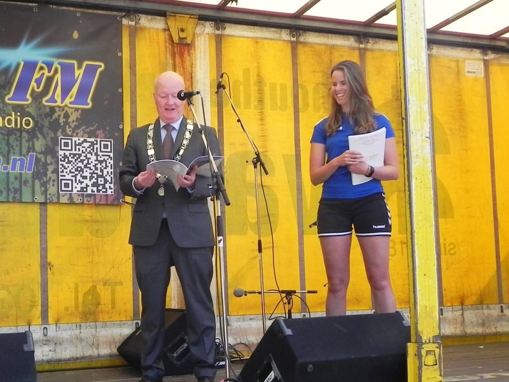 Vanuit de handen van Mieke Hilhorst mocht burgemeester het eerste exemplaar van het programma van de Zomerschool 2019 in ontvangst nemen.   Richard Thoolen © BDU media