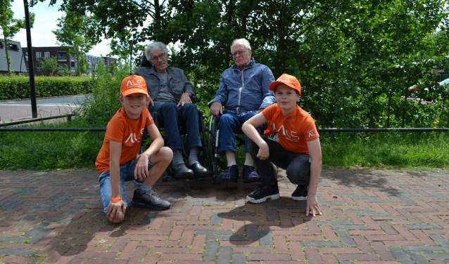 Hylke van der Hulst (links) en Stan Houtveen lopen in de A4D voor hun opa's.