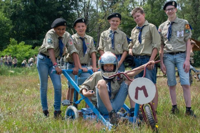 de Uilen-ploeg van de Pieter Maritz, de algemene winnaars van de zeepkistenrace.
