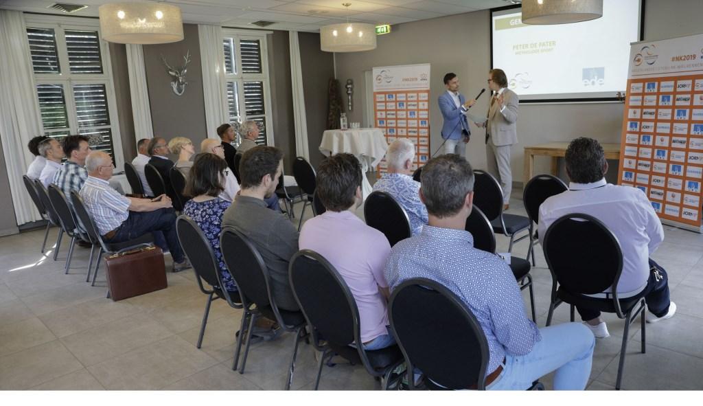Wethouder van Ede, Peter de Pater, vertelt enthousiast over het NK wielrennen, volgende week.  Cor Vos © BDU Media