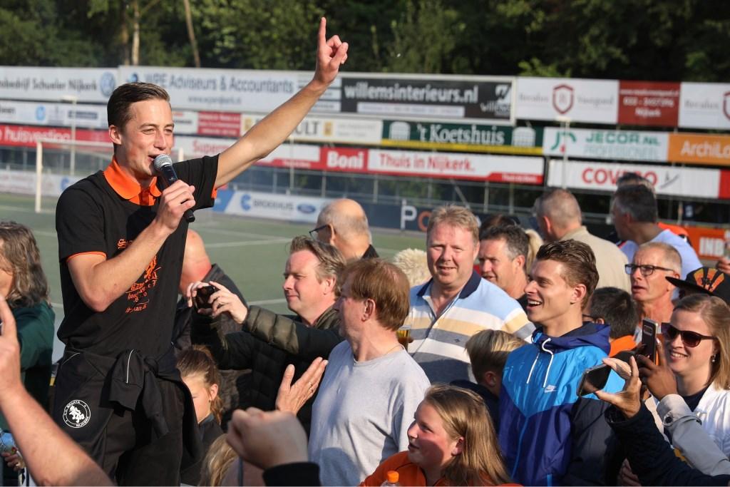 Nijkerker Jesse Buitenhuis maakte zaterdag een belangrijke treffer en viert feest met de supporters. Arjen Gerritsma © BDU Media