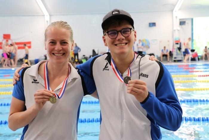 Hans en Carola met hun medailles Rick Vaarkamp © BDU media