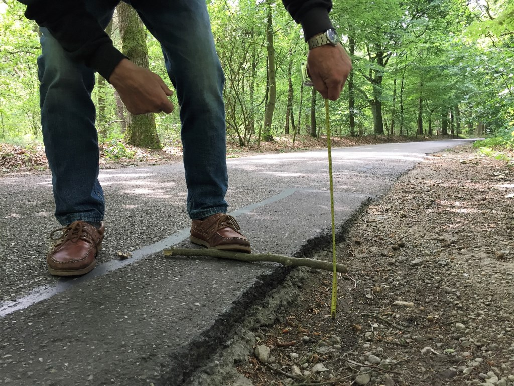 Gaten van meer dan tien centimeter zijn geen uitzondering. Hier is zelfs de laag onder het asfalt zichtbaar.