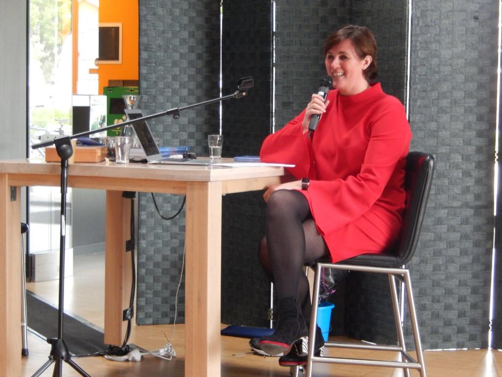 Karin tijdens presentatie van haar boek in cultuurcentrum Schoneveld Annette Stolk - de Vries © BDU media
