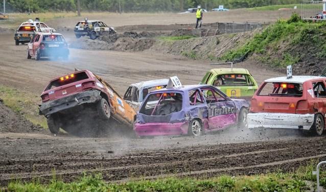 De autocross staat garant voor spektakel.