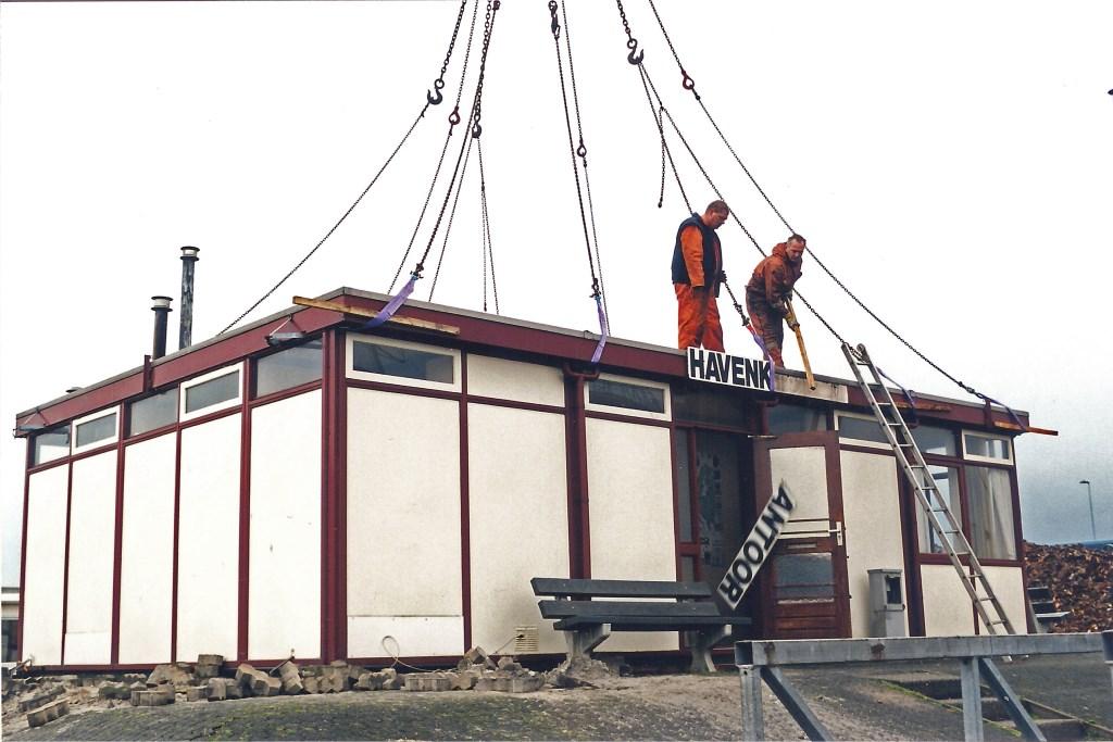 Het oude havenkantoor van Beverwijk wordt gesloopt op 8 november 2000. Willem Moojen © BDU