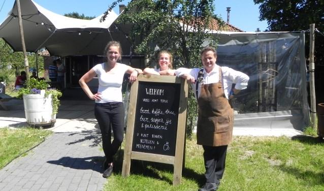 Laura, Femke en Reinhard zijn blij dat Vroeg gedeeltelijk weer is opengesteld en zij de mensen weer van dienst kunnen zijn.
