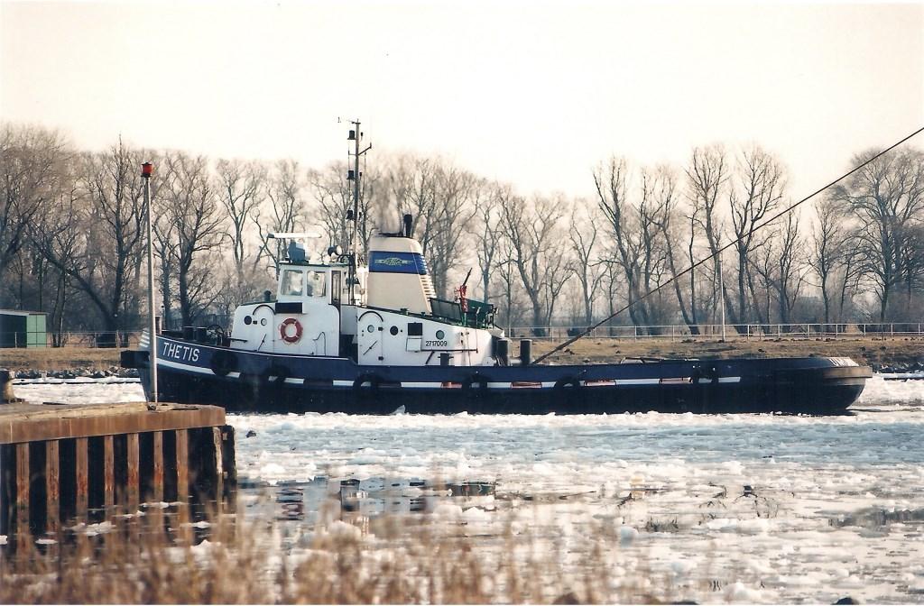 In ijzige omstandigheden zien we op 14 januari 1997 de 1160 pk sterke Thetis (1974) slepend in Zijkanaal A  (Velsen) op weg naar Beverwijk. Willem Moojen © BDU