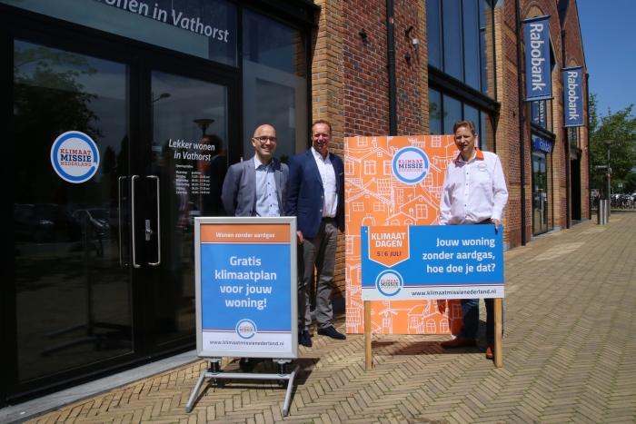 v.l.n.r. sprekers Jeroen de Boer (Gemeente Amersfoort), Dick van Rhee (Rabobank Amersfoort Eemland) en Arjan Bijman (Klimaatmissie Nederland) voor het op 5 juli te openen belevingscentrum