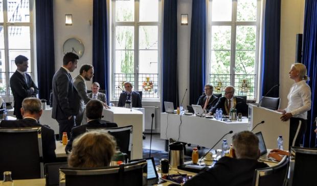 Lukas Scheijgrond (links, CU), Frank van der Lubbe (midden, Pro'98) en Daan de Vries (CDA) in debat met Mijntje Pluimers (LB).