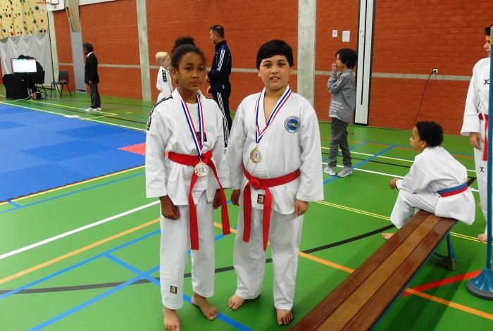 Talia Pinas en Abbas Wafai met hun gouden medaille. Sherida Pinas © BDU media