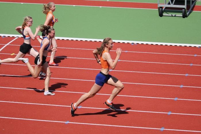 Evelyn Navarro wint de 80 meter sprint bij de Gelders-Overijsselse kampioenschappen. Peter Navarro / Climax © BDU Media