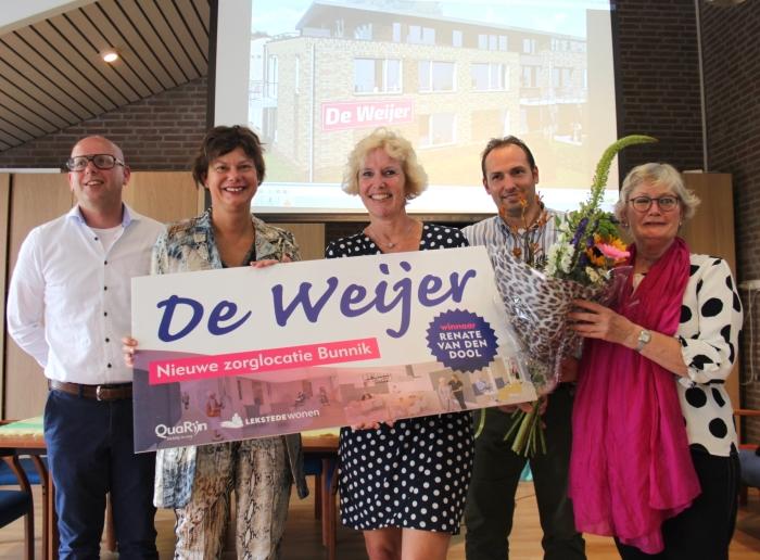 Van links naar rechts Gerben van Ballegooijen (LEKSTEDEwonen), Erika Spil (locoburgemeester), Renate van den Dool (winnaar), Michiel Moes (QuaRijn) en Cecile aan de Stegge (Stichting Vitaal Kleinschalig Wonen).