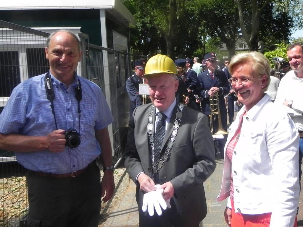 Projectleider Brigitte van Beers wenst burgemeester Ruud van Bennekom succes met de aangenomen taak. Richard Thoolen © BDU media