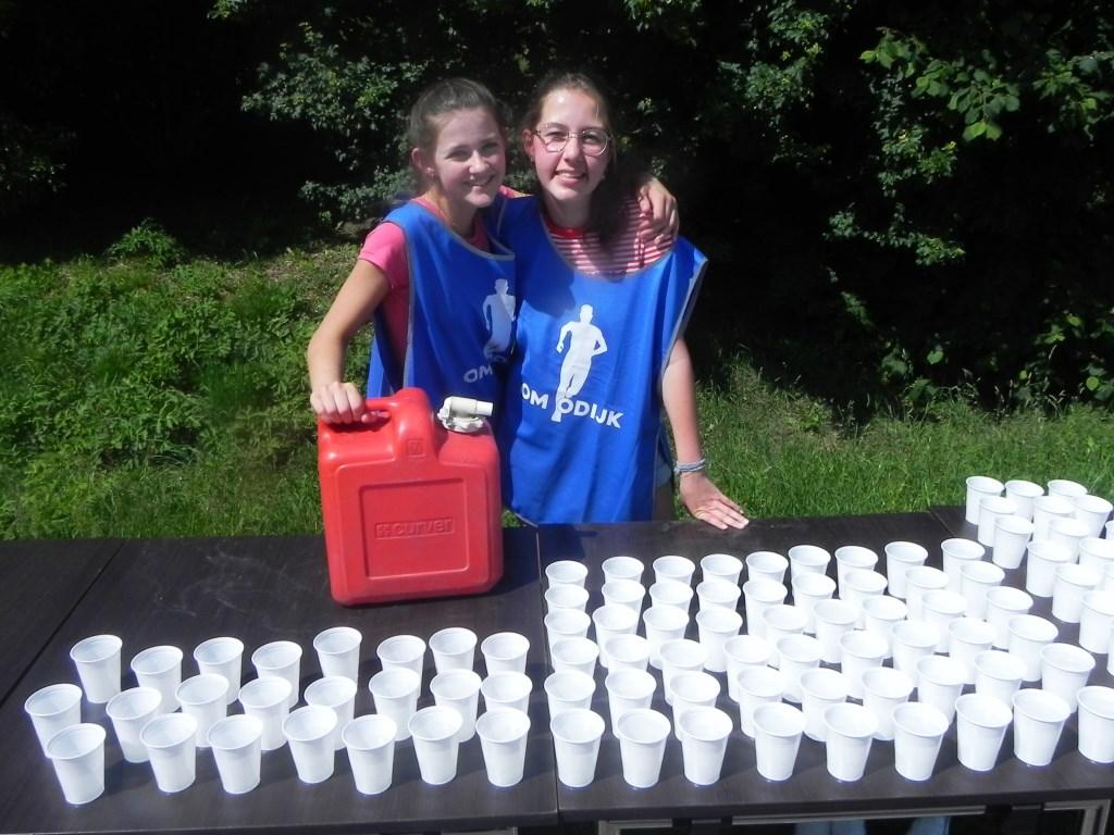 Lois en Mirthe zorgden er voor dat de lopers voldoende konden drinken. Richard Thoolen © BDU media