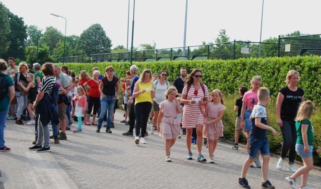 Avondvierdaagse-wandelaars vertrekken bij de sporthal.