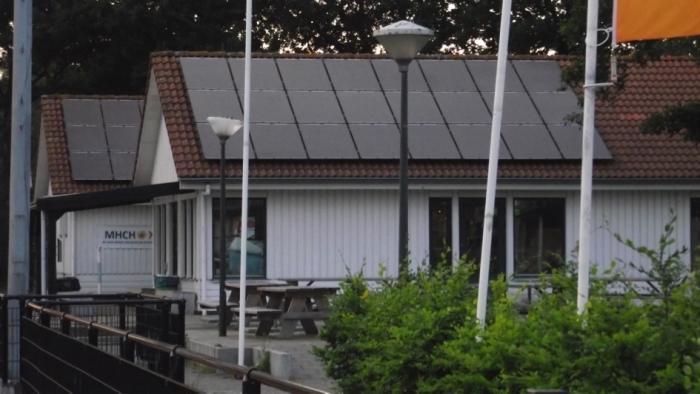 60 zonnepanelen op het dak van clubhuis MHC Hoevelaken