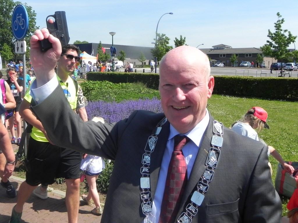 Burgemeester Ruud van Bennekom verzorgde de start. Richard Thoolen © BDU media