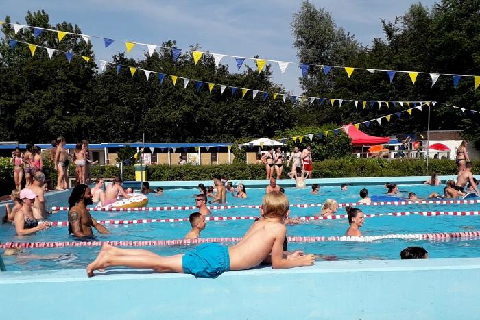 Een feestelijk versierd Amstelbad tijdens de zwemvierdaagse 2019