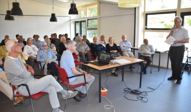 René van Hal van de Historische Vereniging Soest diepte voor zijn Soesterbergse gehoor uit het verleden van het dorp.