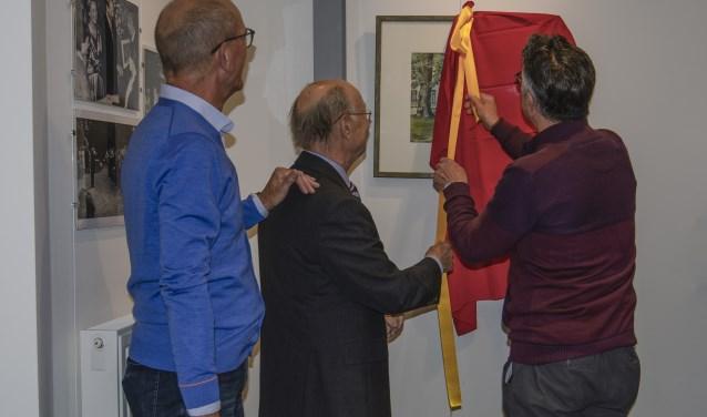 De expositie wordt geopend door Ruud Laimböck (m), met naast hem Ronald Huigen en Louis Goulmy