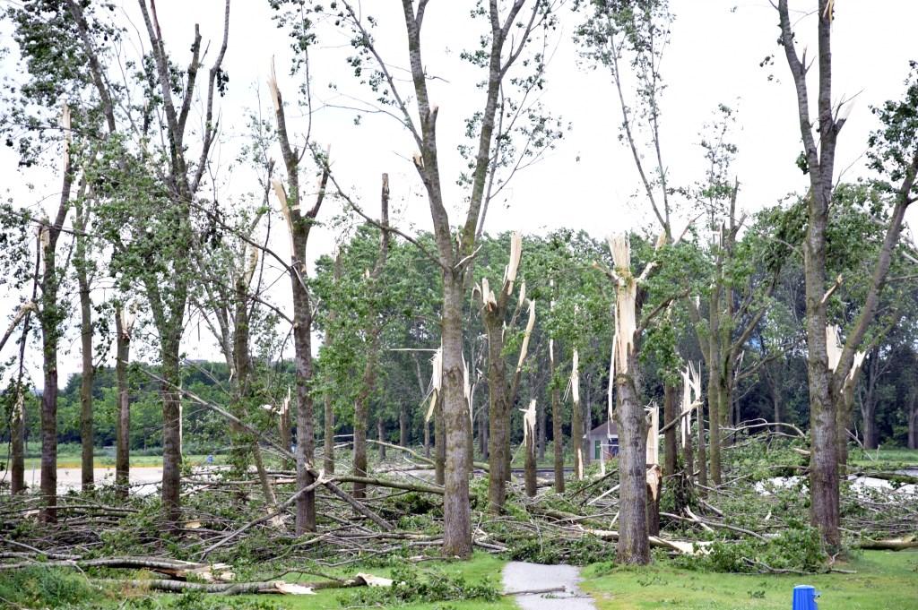 Veel geknakte bomen bij de Ouderkerkerplas.