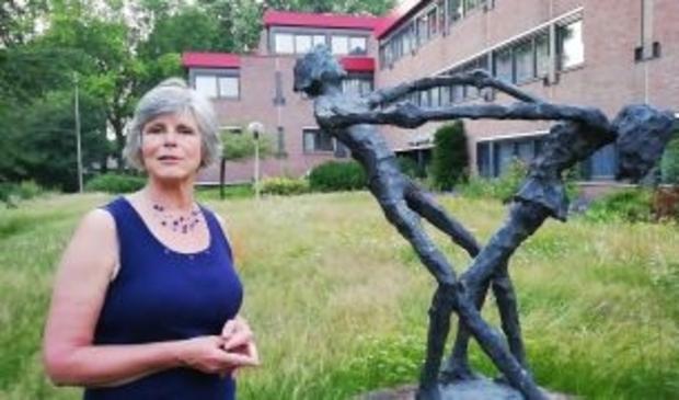 Winny Toersen (De Liberalen) bij het kunstwerk van Jits Bakker