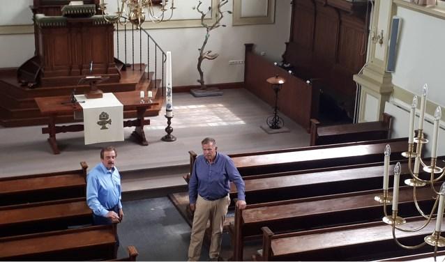 Jaap van 't Hoog (links) en Dick Veldhuizen voor het nieuwe podium dat vanaf het balkon bij het orgel goed zichtbaar is.