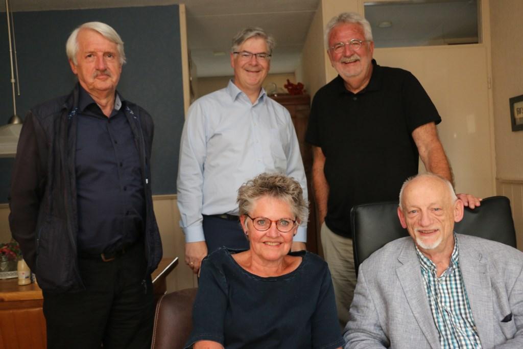 Vlnr, staand: Geert Moorman (secretaris), Bart Klein (penningmeester), Gé Hijlkema (hand en spandiensten), zittend: Jellie Hijlkema (adjunct) en Karel de Krijger (voorzitter).