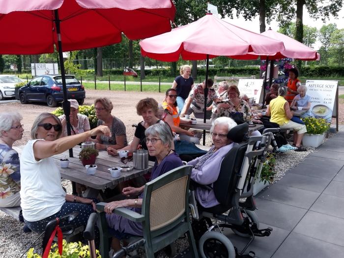 Bewoners van Bunninchem en de bezoekers van het Ontmoetingscentrum QuaRijn © BDU media