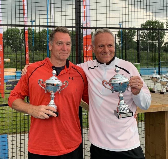 Vader Fred van Ruissen met partner Jack Engelaar met de NK Padel bekers Ina van Lavieren © BDU Media