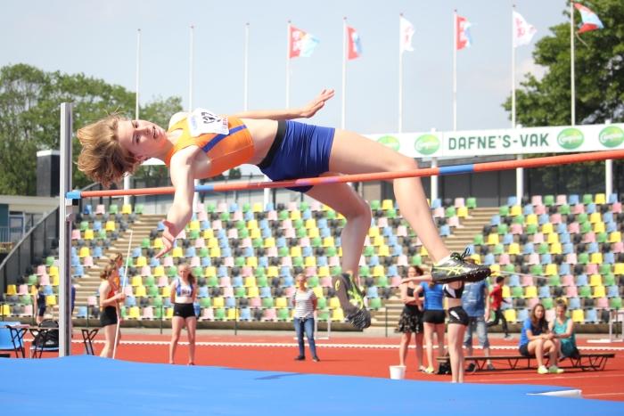 Dorine van Leeuwen bedwingt de winnende hoogte van 1.62 meter.