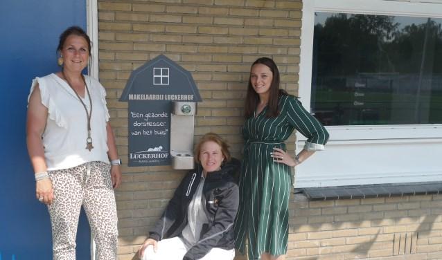 Truus (l), Simonetta (m) en Rosanne bij het watertappunt van DVSA.