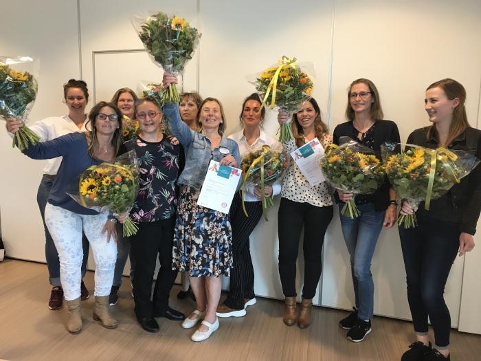 De groep kwaliteitsverpleegkundigen van QuaRijn viert het behalen van hun certificaten.