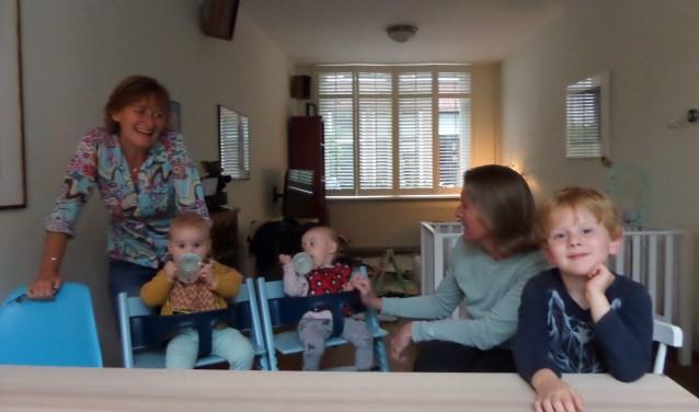 Coördinator Monique Abma en vrijwilliger Ilse van Vliet op bezoek bij de tweeling Janne en Jutta en hun grote broer Isaak.