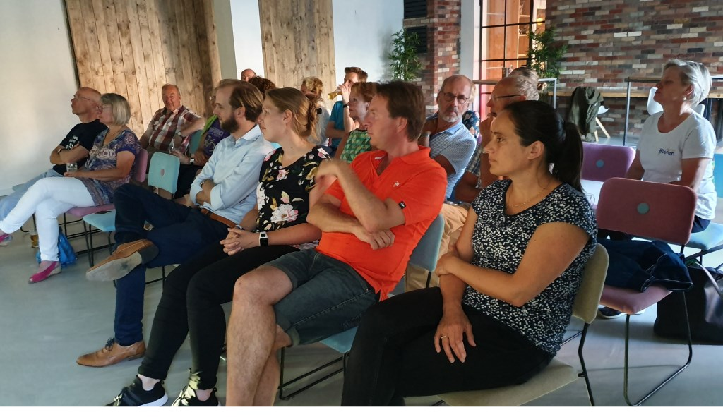 De aanwezigen luisteren geboeid naar de inleiding van de film Irene van Valen © BDU media