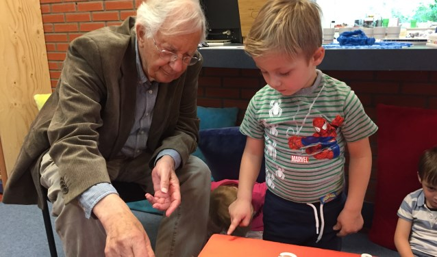 Balt van Raamsdonk samen met kinderen van groep 1/2 van Daltonschool Meander, die met Alfa-bedding de letters vast leren kennen.