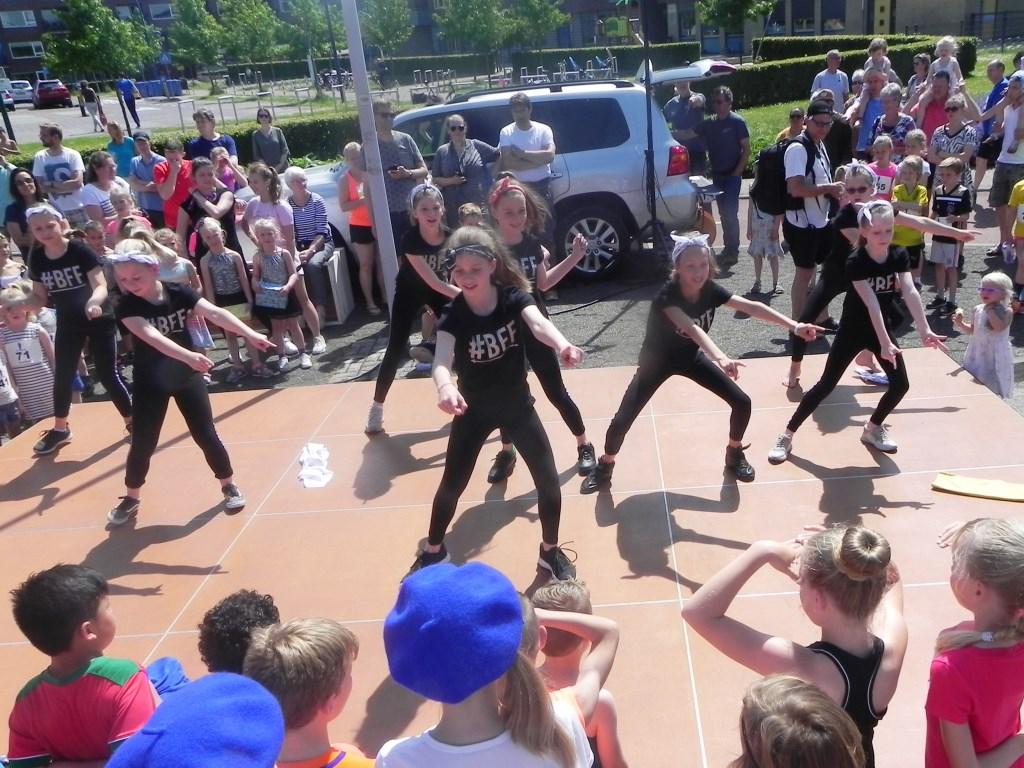 De meisjes van DanZation uit Odijk gaven een wervelende show!  Richard Thoolen © BDU media