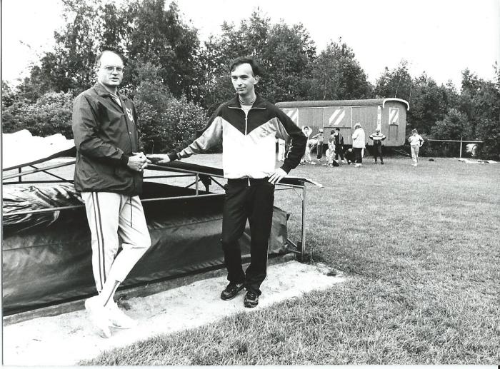 1986: voorzitter Martin de Groot en trainer Richard van Egdom bij de hoogspringmat