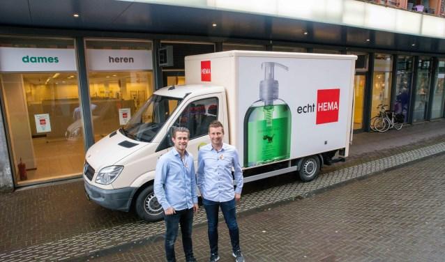 Sven en Kevin van der Weijden, zoons van Marco nemen de klus van de verhuizing op zich.