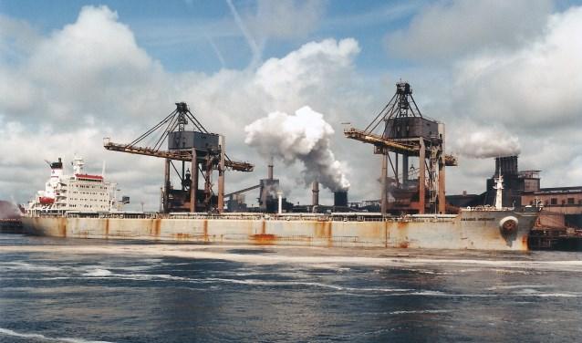 De 223 meter lange en 32 meter brede  65.668 ton metende Griekse bulkcarrier Anangel Argonaut (1981) ligt kolen te lossen aan Buitenkade 2 van Corus op 21 mei 1998.