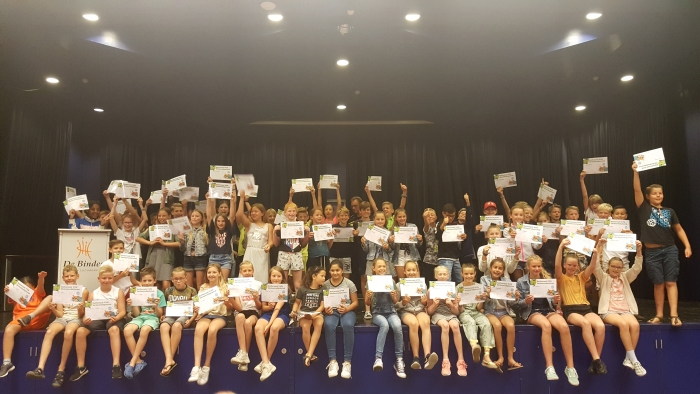 Leerlingen van groep 7 uit Leersum met hun verkeersdiploma