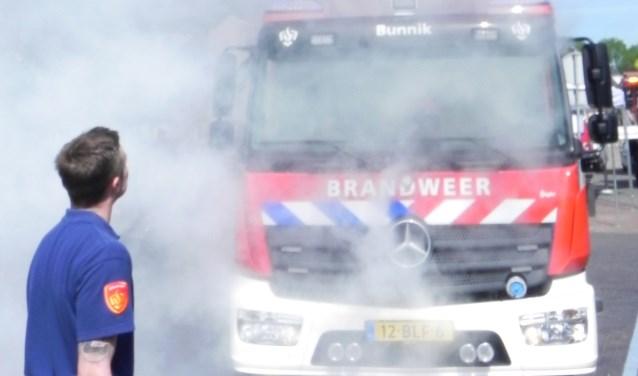 In een wolk van rook presenteerde de brandweer haar nieuwe wagen.