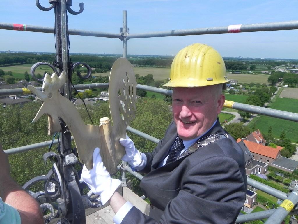 Enigszins trots neemt burgemeester van Bennekom de windhaan in zijn handen. Richard Thoolen © BDU media