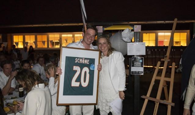 Saskia Bekkers samen met de trotse eigenaar van het voetbalshirt van Lasse Schöne