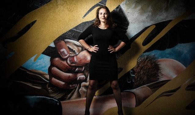 Tineke Roseboom in de 'Keesomtunnel' waar Astrant grafitti verzorgde.