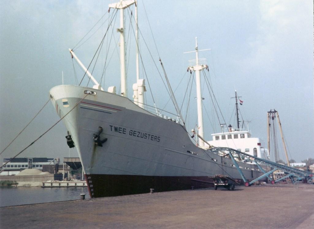 Op de nog oude manier via een transportband wordt de Twee Gezusters (1963) op 26 september 1977 in Beverwijk geladen met pootaardappelen. Willem Moojen © BDU