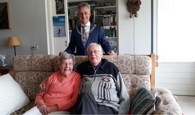 Burgemeester Rob Metz bracht vorige week een bezoek aan het jubilerende echtpaar Jansen-Kleinjan.